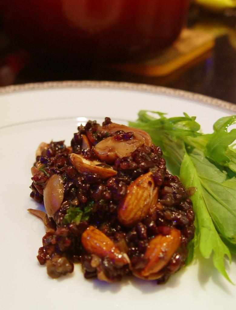 4 Risoto de arroz negro com trio de cogumelos alho poró tomate vinho do porto amêndoas cheiro verde anis estrelado e especiarias acompanhado com couve mizuna 779x1024 - Gastronomia Funcional