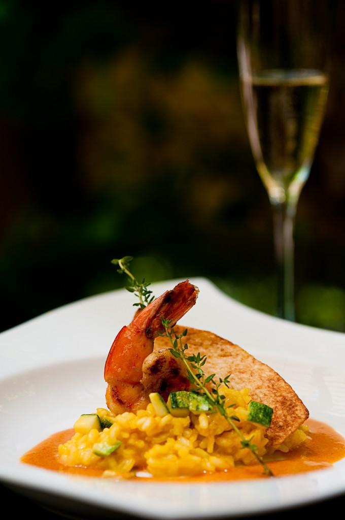 Camarão flambado ao molho bisque com risoto de zucchini e chips de inhame 680x1024 - Almoço especial harmonizado com champagne