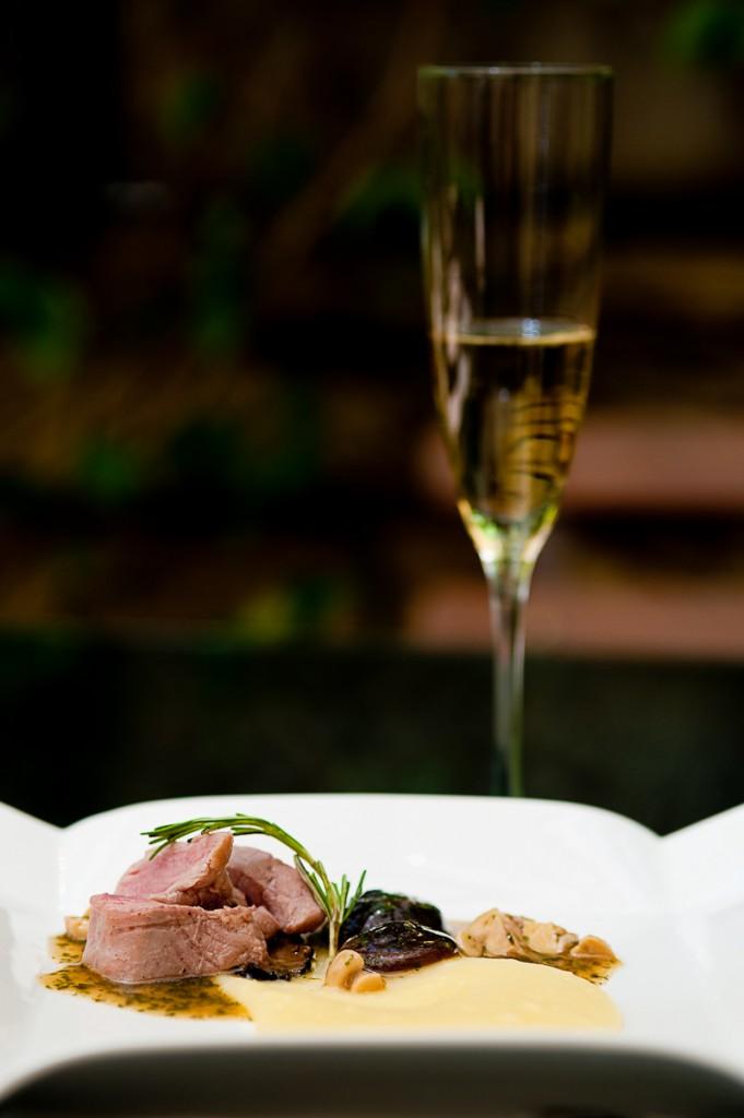 Filé de vitelo com cogumelos salteados e purê trufado de batatas 681x1024 - Almoço especial harmonizado com champagne