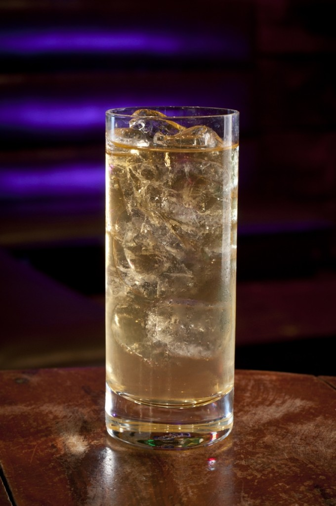Whisky JOHNNIE WALKER RED LABEL com água de coco Whisky Festival pq cred Rodrigo Erib1 680x1024 - Drinks com Whisky