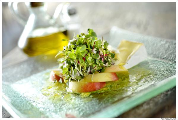 Salada com pêssegos e Coulommiers Tadeu Brunelli home - Salada de folhas, queijo e fruta