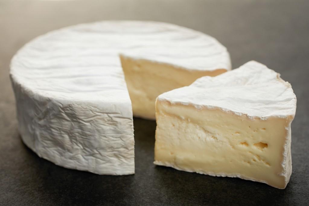 coulommiers Eduardo Euksuzian 1024x682 - Salada de folhas, queijo e fruta