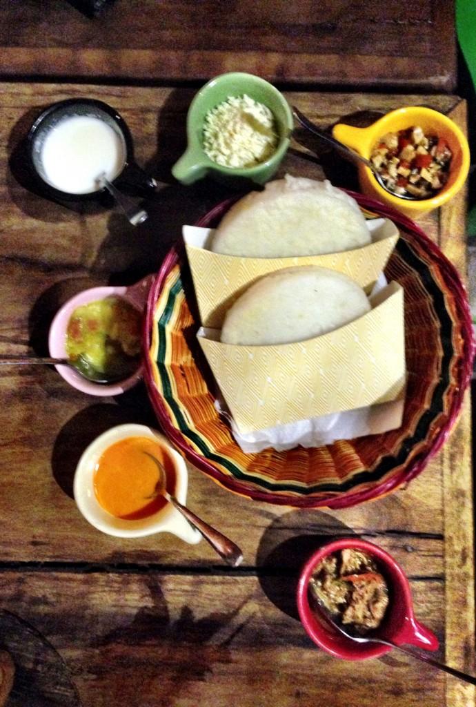 Caravelas Arepas servidas abertas para o cliente montar sua versão com os recheios e molhos 690x1024 - Guanahaní bar e restaurante colombiano
