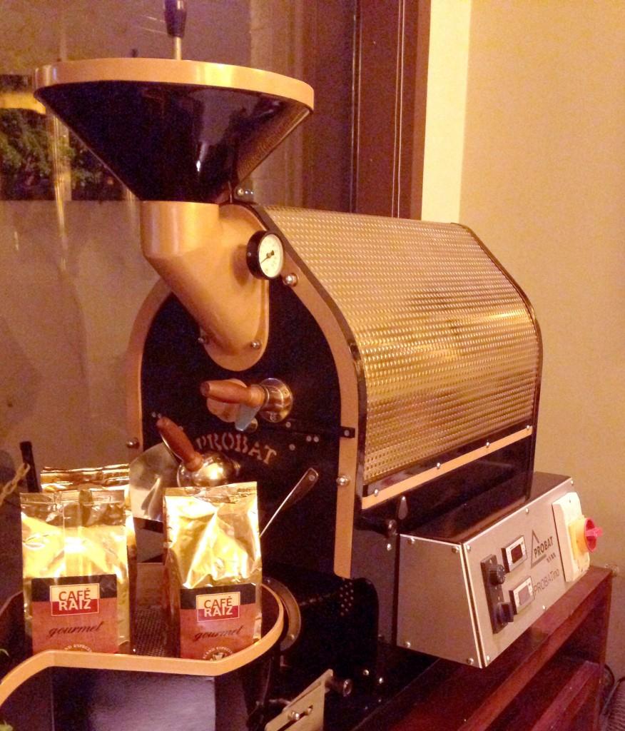 Café Raiz foto Cuecas na Cozinha 876x1024 - Café Raiz