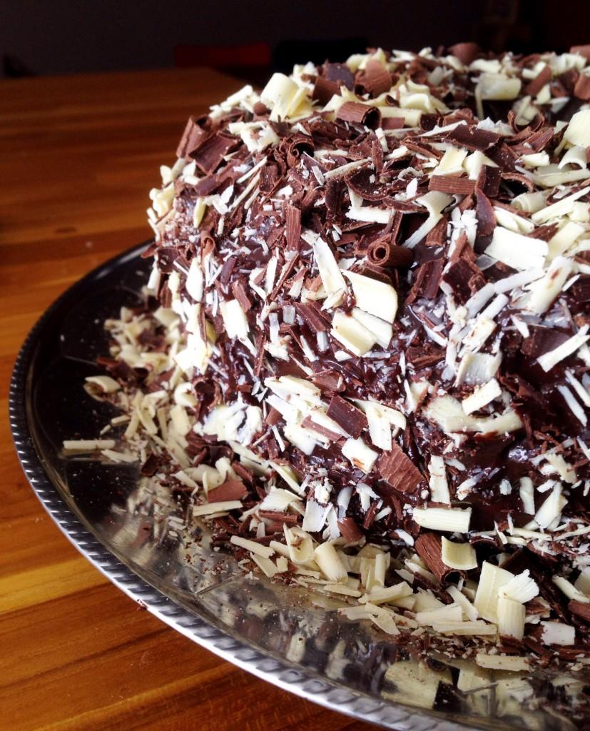 Bolo com cobertura de chocolate foto Cuecas na Cozinha Cópia 827x1024 - Cobertura deliciosa de Chocolate