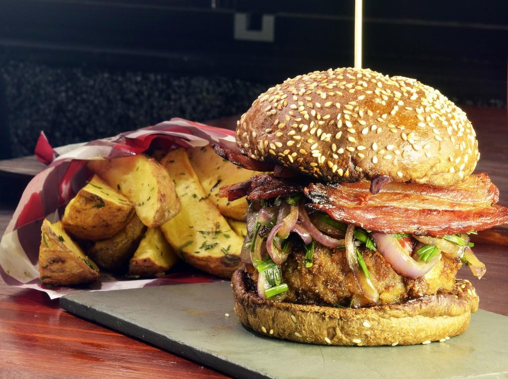 La Maison est tombee Top du Top  hambúrguer de copa lombo empanado bacon molho hoissim molho de pimenta chinesa nirá e cebola roxa R 36 1024x764 - SP Burger Fest