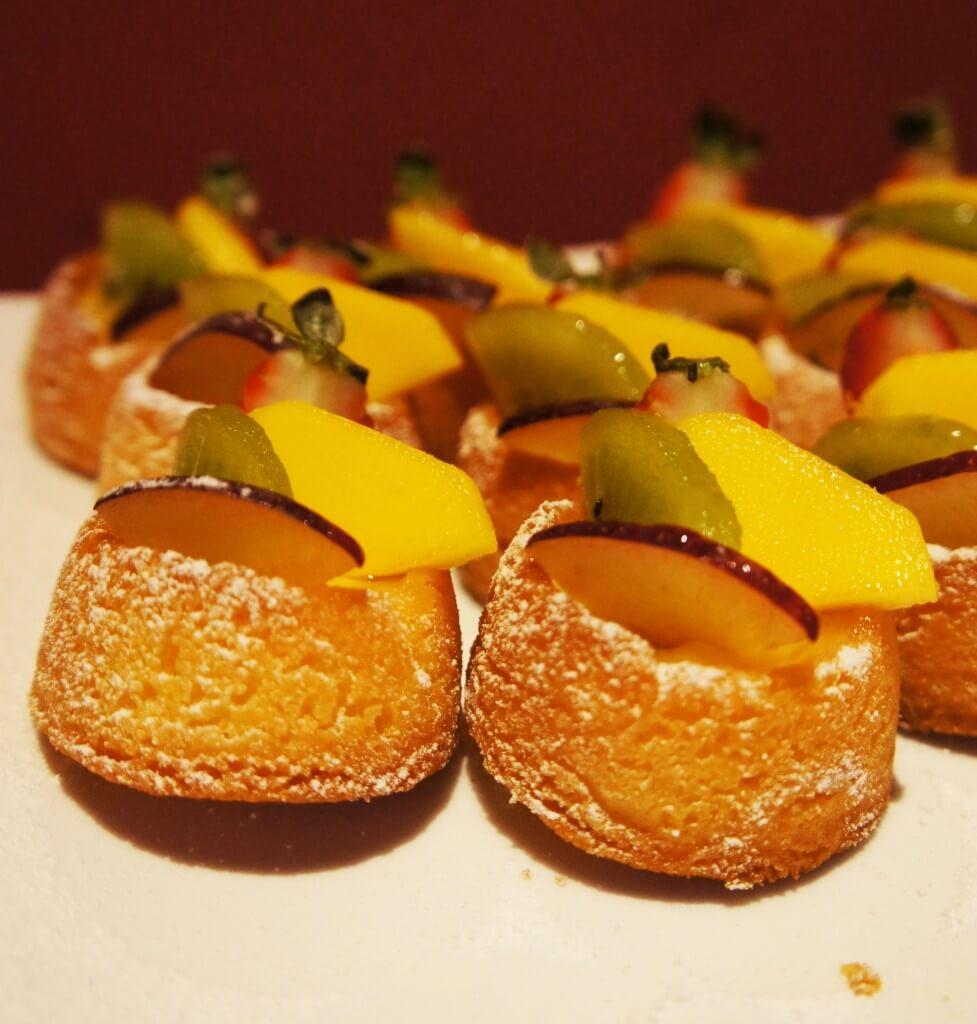 Los Veleros chá da tarde com frutas1 977x1024 - 10 lugares imperdíveis para comer doces em sua próxima viagem