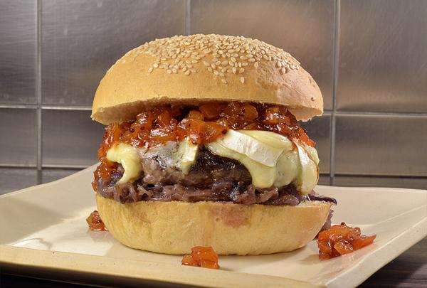 MAB_NectaBurger hambúrguer de alcatra, queijo brie, cebola roxa caramelada e chutney de nectarina com páprica e Tabasco_R$ 24___