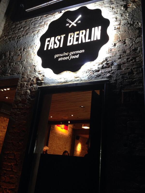 Fast Berlin1 foto Cuecas na Cozinha - Fast Berlin - restaurante com comida de rua alemã