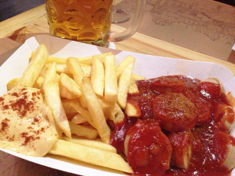 Fast Berlin Currywurst de salsicha de vitela foto Cuecas na Cozinha - Fast Berlin - restaurante com comida de rua alemã