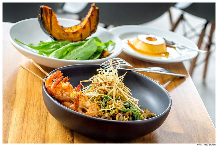 Kith Restaurante _Arroz de alho poró com molho de ostra, rúcula, amendoim e espetinho de camarão_cred Tadeu Brunelli