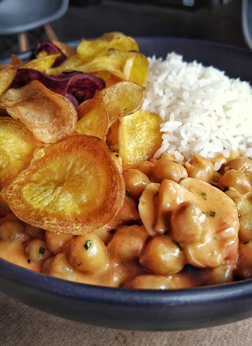 Kith Restaurante _Estrogonofe de grão de bico com cogumelo, acompanha arroz e chips de tubérculos